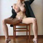 femme nue exhibe sexe dans le 29