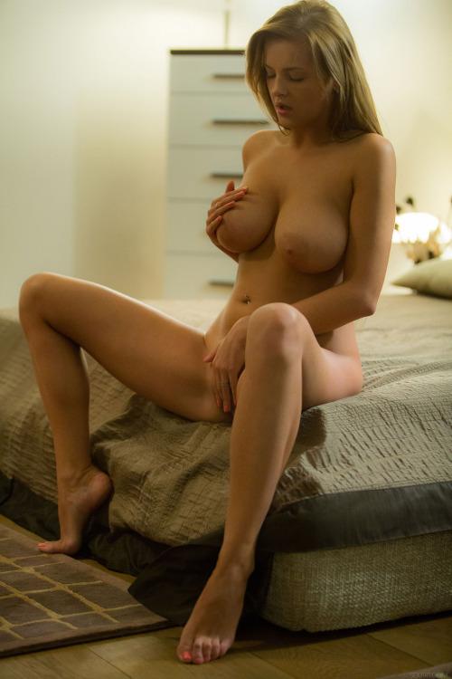 femme nue exhibe sexe dans le 33